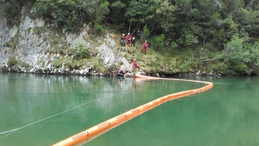 Desplegadas seis barreras en tres tramos del Deva para absorber el vertido de fuel del camión accidentado en Asturias