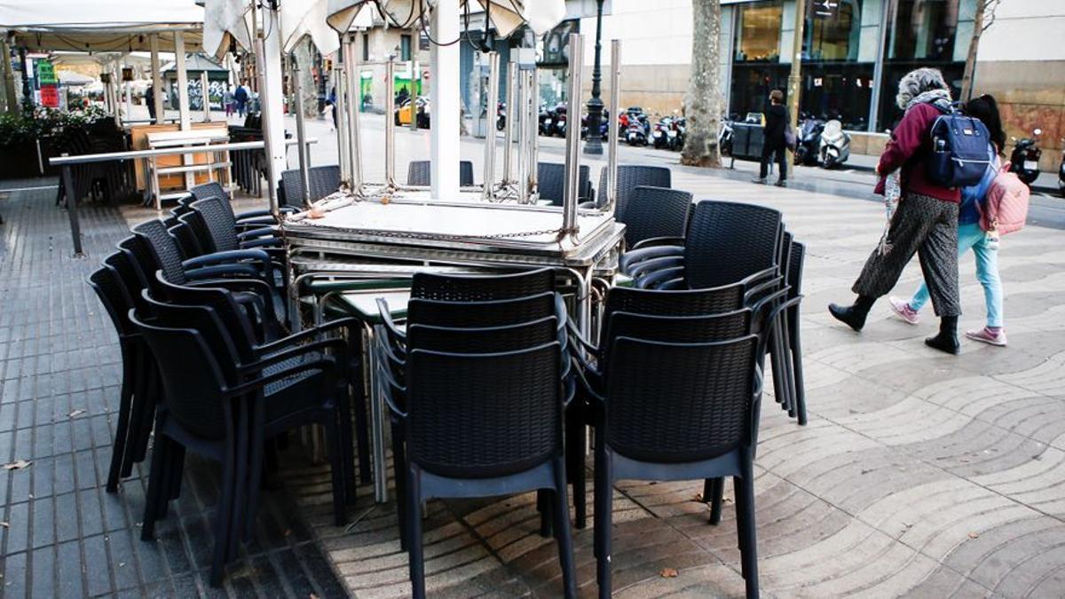 La terraza de un bar cerrada en la Rambla de Barcelona