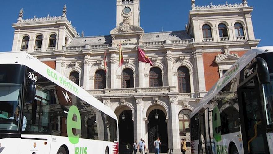 Autobuses de la empresa Auvasa frente al Ayuntamiento de Valladolid en una imagen de archivo.
