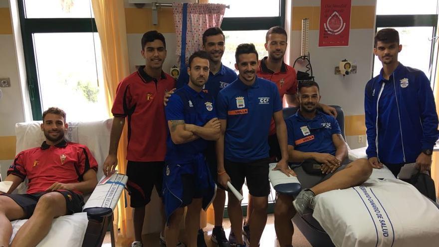 Los futbolistas donando sangre en el Hospital General.