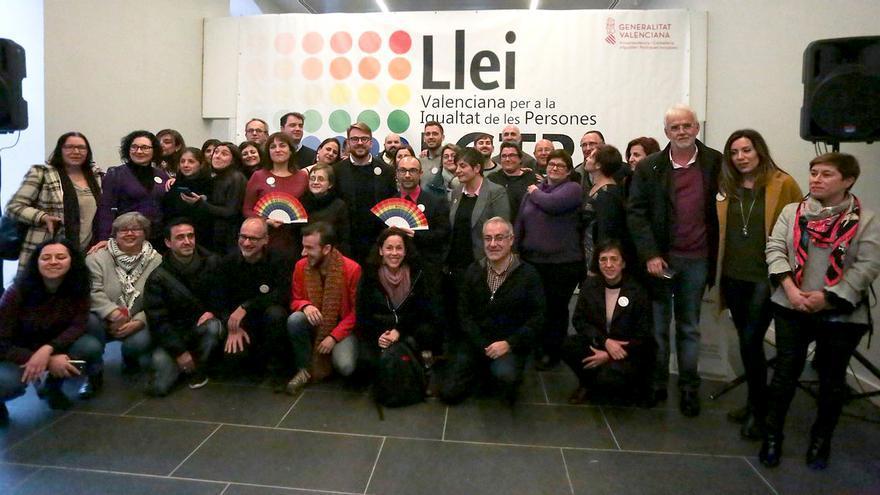 Representantes del Consell, los grupos políticos y diferentes colectivos que han participado en la presentación del anteproyecto de ley LGTBi