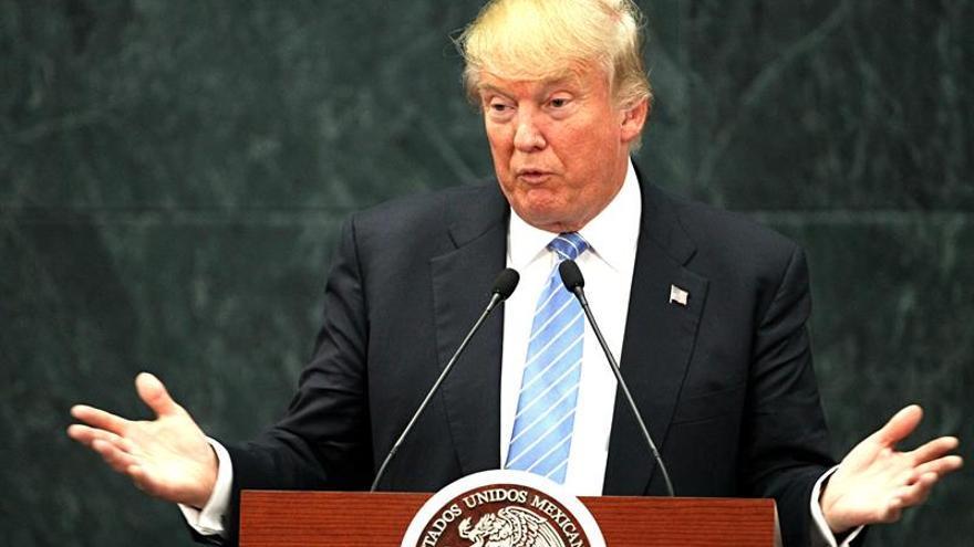 """Trump corteja a voto negro en iglesia de Detroit y dice que vino a """"escuchar"""""""