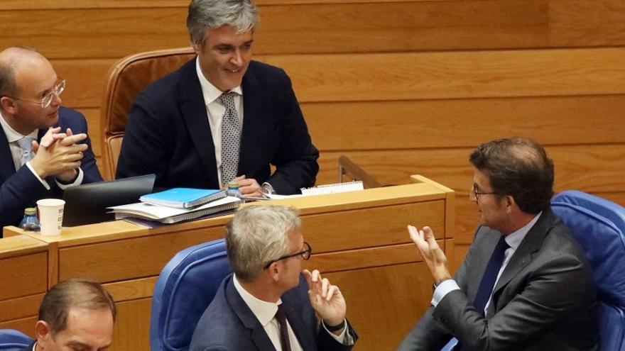 Feijóo dirige muestras de reconocimiento en un pasado Pleno al portavoz del PP en el Parlamento de Galicia, Pedro Puy