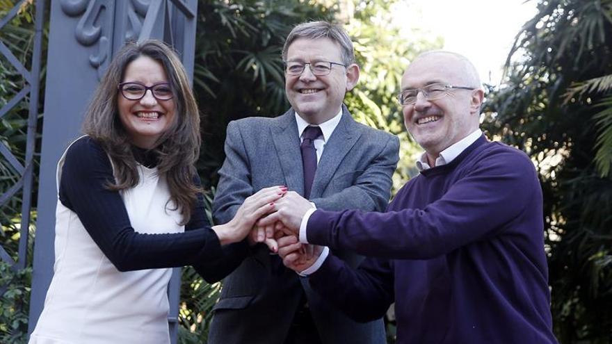 Mónica Oltra (Compromís), Ximo Puig (PSPV) y Antonio Montiel (Podemos) tras la renovación del acuerdo de legislatura