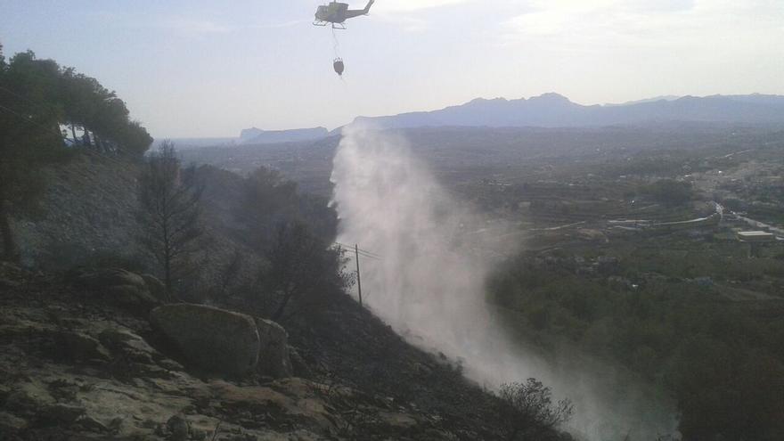 Medios aéreos trabajan en las tareas de extinción del fuego en Benitatxell