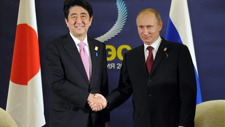 Japón y Rusia preparan una cumbre en 2016 para impulsar el acuerdo de paz