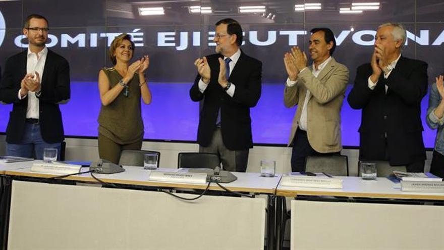 Rajoy y los dirigentes del PP se aplauden mutuamente antes del Comité Ejecutivo Nacional.