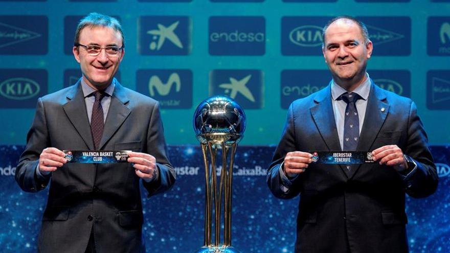 El director deportivo del Valencia Basket, Chechu Mulero, y su homólogo del Iberostar Tenerife, Aniano Cabrera. EFE/Ángel Medina G.