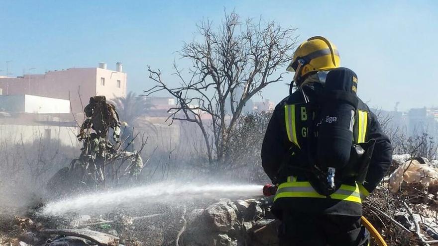Bombero apagando un incendio en Gran Canaria