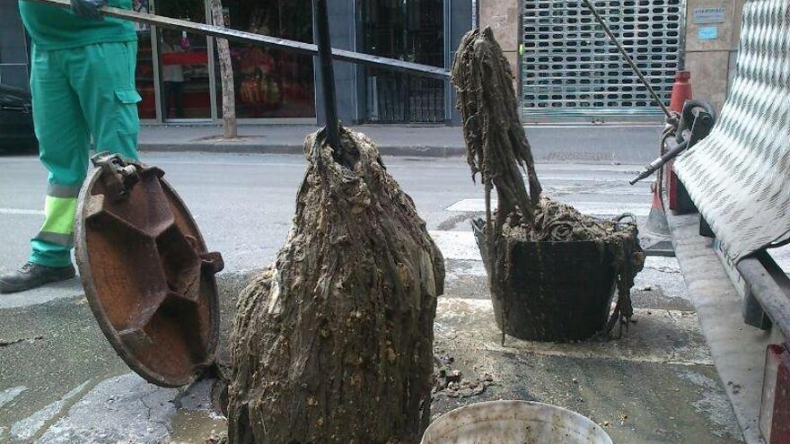 Atranque provocado por la acumulación de toallitas en el Paseo Marqués de Corvera, en Murcia