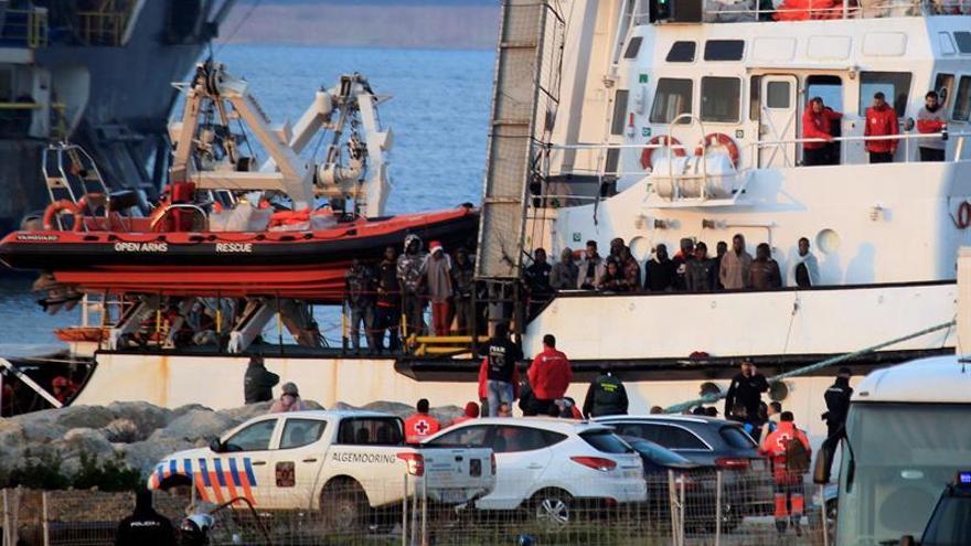 El buque Open Arms ha su llegada al puerto de Crinavis de San Roque, en la Bahía de Algeciras (Cádiz), con más de 300 inmigrantes a bordo rescatados en el Mediterráneo, después de que el Gobierno autorizara su desembarco.