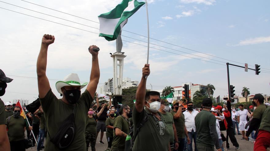 Una marcha de colectivos cívicos sale a desbloquear las carreteras en Bolivia