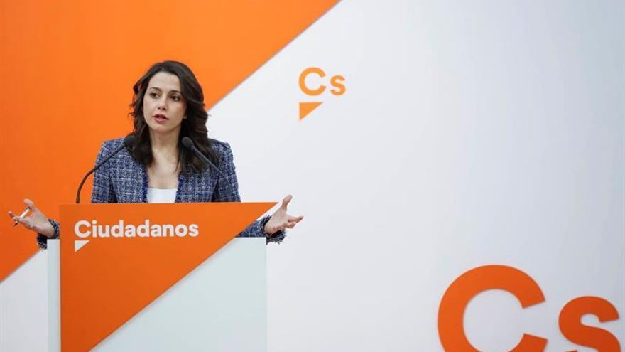 """Arrimadas critica que Torrent presente """"querella política para presionar a jueces"""""""