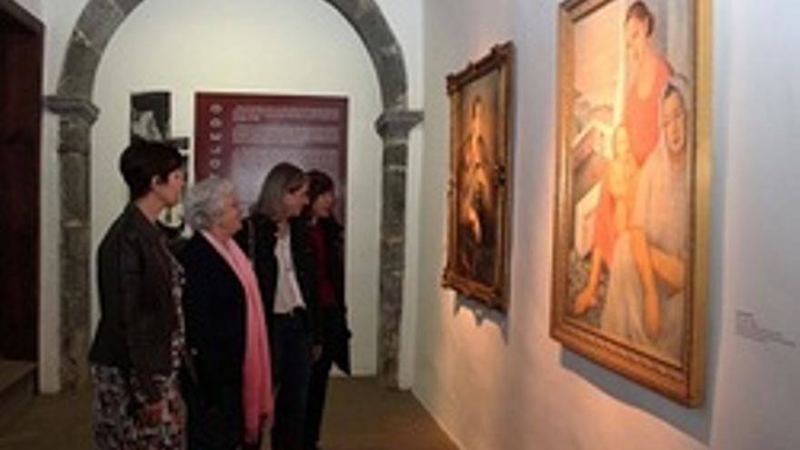 María Victoria Hernández, segunda por la izquierda, contemplando un cuadro de Gregorio Toledo.