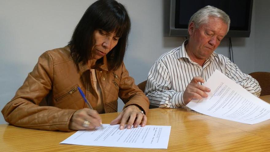 La alcaldesa de Tijarafe, Jenny García Cáceres, y Manuel Pérez Rocha, secretario del CRDOP Queso Palmero, en el acto de firma de la ampliación del convenio.