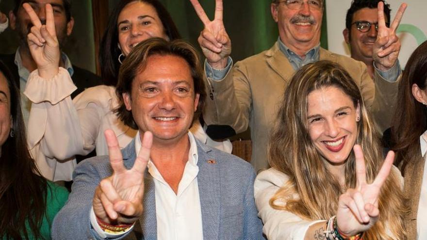 La diputada de VOX Baleares, Malena Contestí (d), junto al presidente de Vox Baleares, Jorge Campos (i) EFE/ Lliteres/Archivo