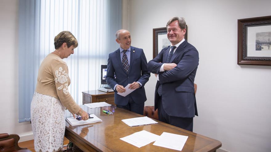 La consejera Tapia, con Erkoreka y Zupiria, antes de presentar el Plan de Industria