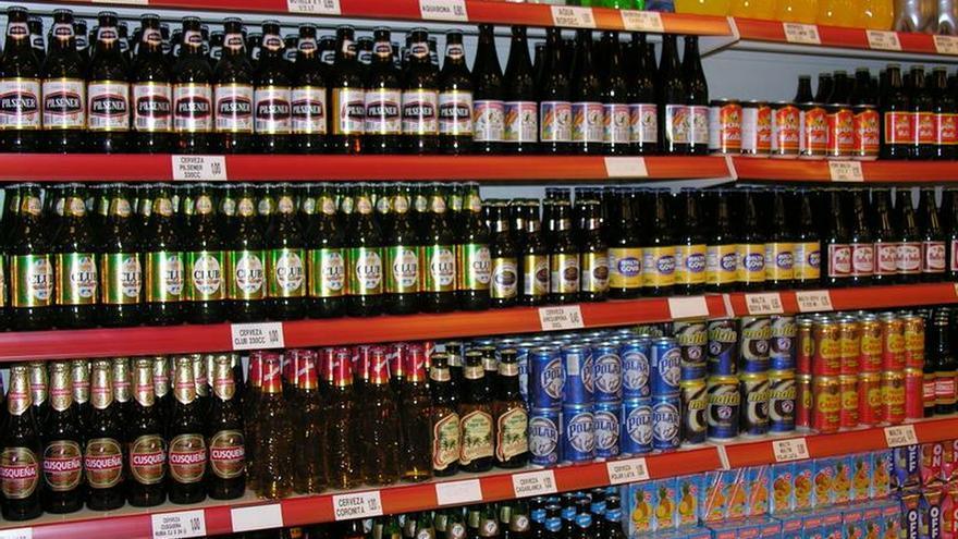 Botellas de bebidas de un supermercado.