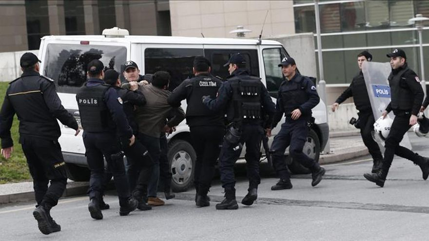 Turquía detiene a 66 policías y empresarios en una operación antiterrorista