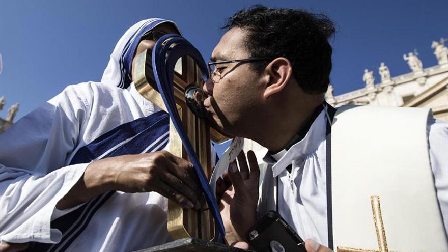 Un sacerdote besa una reliquia de la Madre Teresa de Calcuta en la misa de su canonización en el Vaticano / EFE