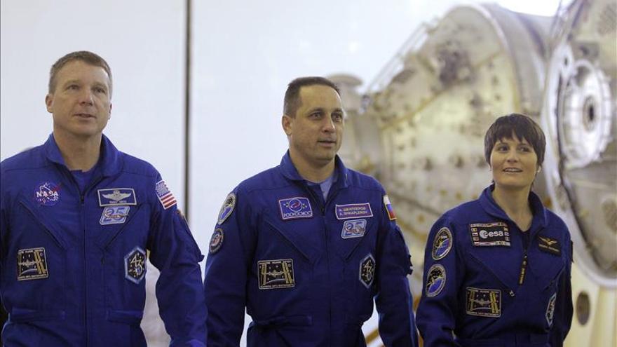 La tripulación de la EEI volverá a la Tierra un mes más tarde de lo previsto
