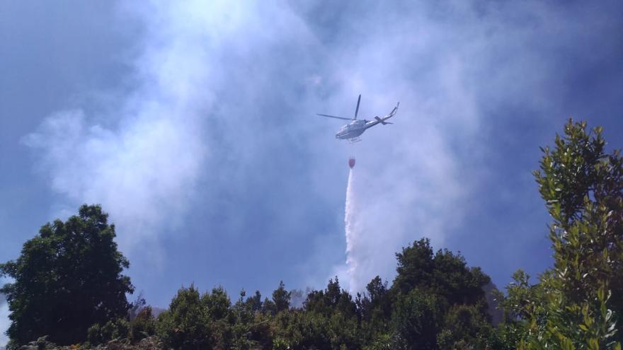 Uno de los helicópteros de la Brigada de Refuerzo en Incendios Forestales (BRIF) con base en Puntagorda actuando en el conato registrado este lunes en los montes de Garafía.