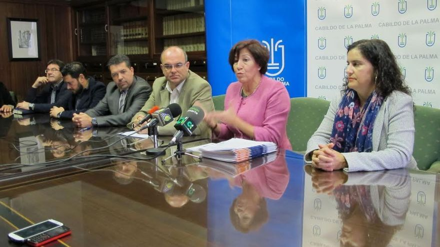 En la imagen, Inés Roja (segunda por la derecha), flanqueado por Anselmo Pestana y  Jovita Monterrey, consejera insular de Asuntos Sociales, en el acto de firma de convenios con alcaldes de la Isla.