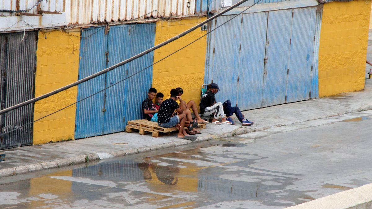 Un grupo de menores junto al centro de menores Santa Amelia.