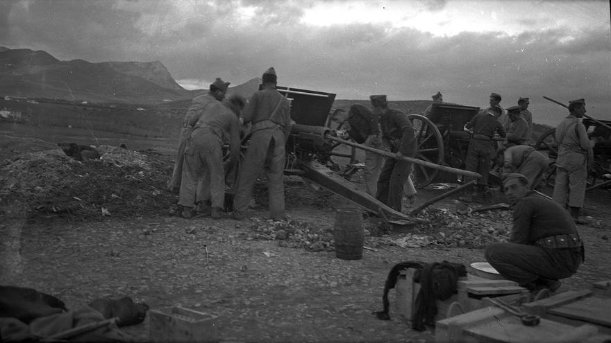 Tropas del ejército rebelde, en el asedio a población civil durante 'la desbandá'.