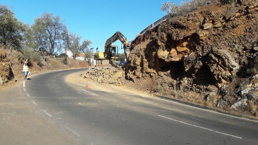 En la imagen, la obra que se está ejecutando durante estos días en una curva en la carretera LP-1 (circunvalación del norte) a su paso por Tijarafe, en la zona de enlace con el Camino del Pinalejo