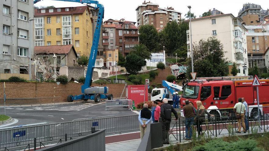 Los bomberos despejan los escombros que provocó el derrumbe del edificio en Tetuán. | SARA AJA