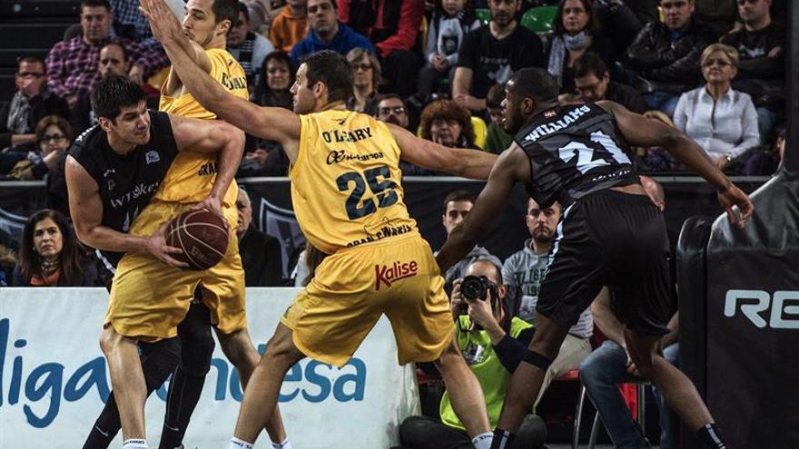 Ian O'Leary pívot Gran Canaria ,2ºi., intenta frenar a Marko Todorovic, iz., del Bilbao Basket, durante el partido correspondiente a la vigésimocuarta jornada de la Liga Endesa que disputaron hoy en Bilbao Arena. EFE/Miguel Toña