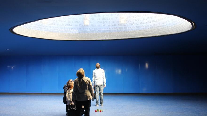 Varias personas observan el monumento de homenaje a las víctimas del 11M en la estación de Atocha / Foto: Laura Rodríguez Díaz