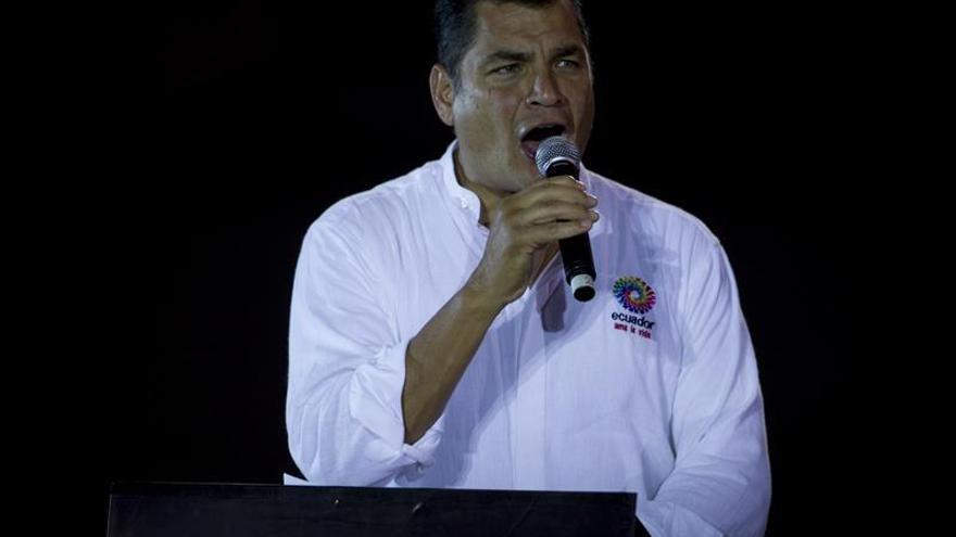 Presidente de Ecuador invita a Brad Pitt a ver la contaminación en Amazonía