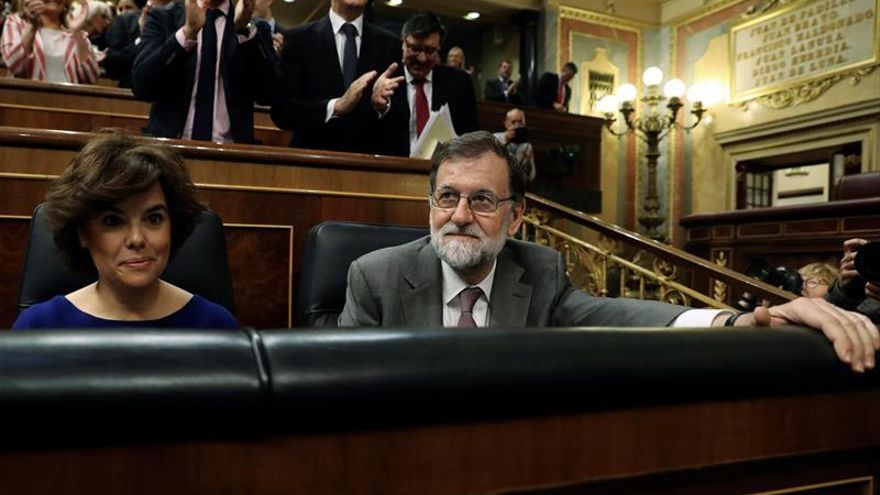El presidente del Gobierno, Mariano Rajoy, ovacionado por la bancada popular en la sesión de control al Gobierno de este miércoles.
