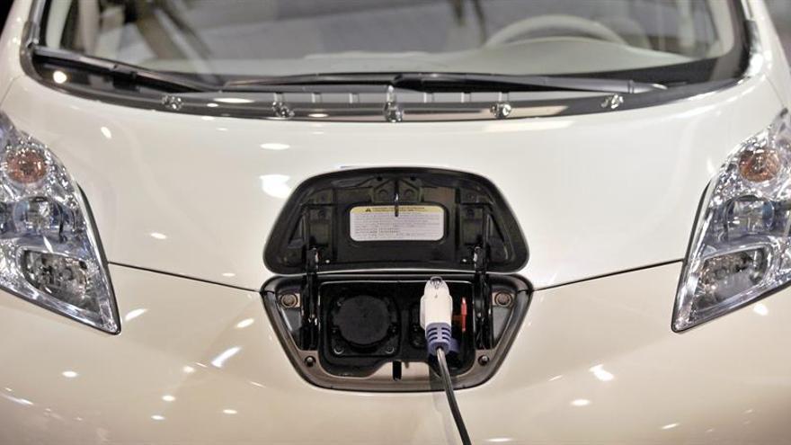Detalle del sistema de recarga de un vehículo eléctrico