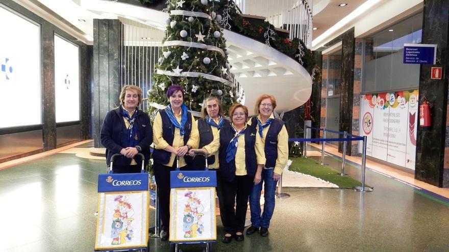 Voluntarias de Correos recogen en el Hospital de Cruces, en Barakaldo, las cartas a los Reyes Magos