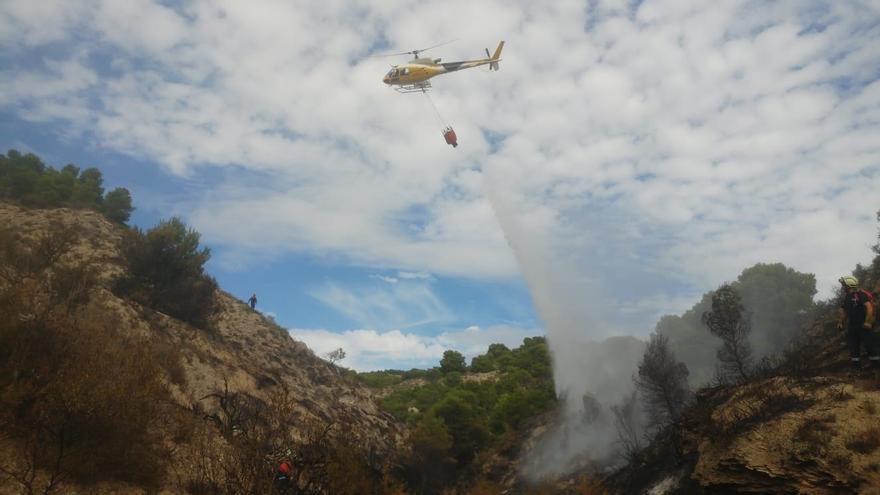 El helicóptero del Gobierno de Navarra colabora en la extinción de un incendio en una zona de monte bajo en Valtierra