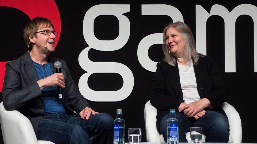 Amy Hennig en la charla con Mark Cerny, arquitecto jefe de PlayStation 4