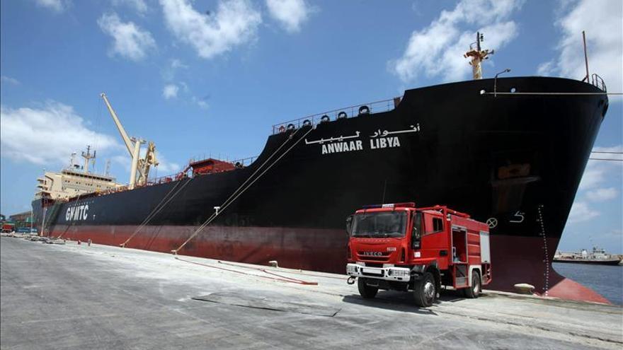 Un muerto y varios heridos en el bombardeo de un carguero ante la costa libia