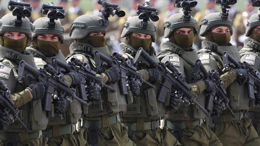 """Desfile militar de Chile homenajea a quienes han """"batallado"""" contra la covid"""