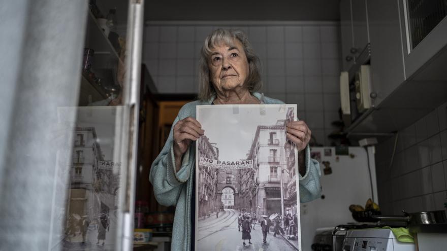 Alma Hernando, de 86 años,muestra una foto con un cartel de 'No pasarán' encerrada en casa por el coronavirus.