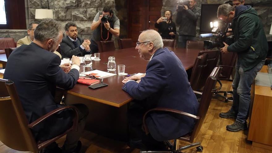 El presidente de Canarias, Ángel Víctor Torres (i), se reunió este miércoles con el responsable de Cruz Roja, Antonio Rico Revuelta (d).
