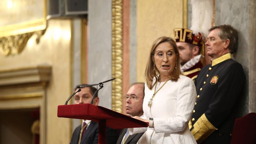 Ana Pastor no ordenó retirar la tricolor por no interrumpir al Rey y dice que a Iglesias no le gustó que se desplegara