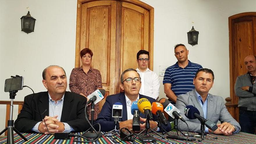 Juan José Armas (CC), Sebastián Martín (Primero Arico) y Andrés Martínez (PP) presentan una moción de censura a la alcaldesa Olivia Delgado (PSOE)