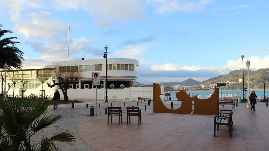 San Sebastián recuerda a 400 personas fusiladas en el alzamiento franquista con una escultura frente al Palacio Goikoa