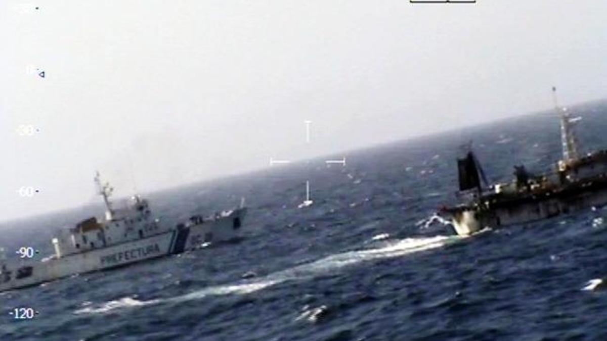 La Prefectura Naval ejerce una vigilancia permanente en el Atlántico Sur, porque de la costa hasta la milla 12 no puede navegar ningún barco extranjero, pero entre la milla 12 y la 200 (Zona Económica Exclusiva argentina), se permite la navegación pero se prohíbe expresamente la pesca.