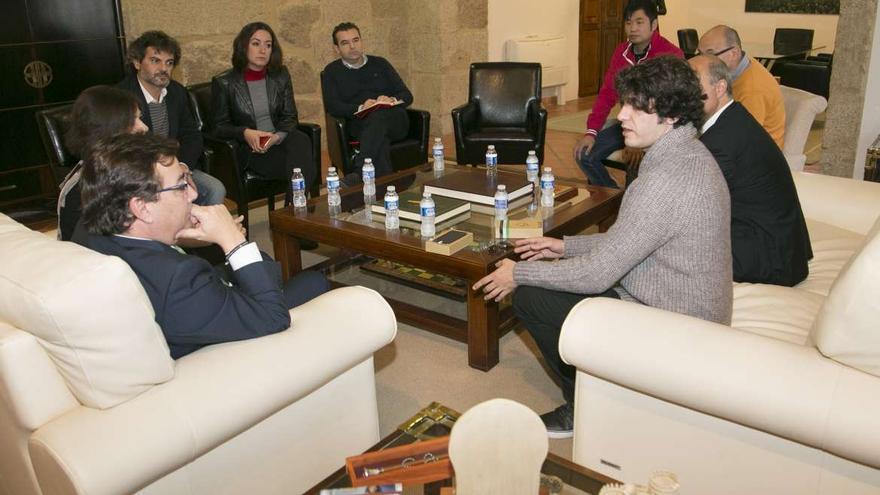 Los socios de Zetta con el presidente de la Junta de Extremadura en noviembre de 2015