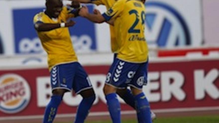 Thievy, Hernán y Vitolo celebran un gol.