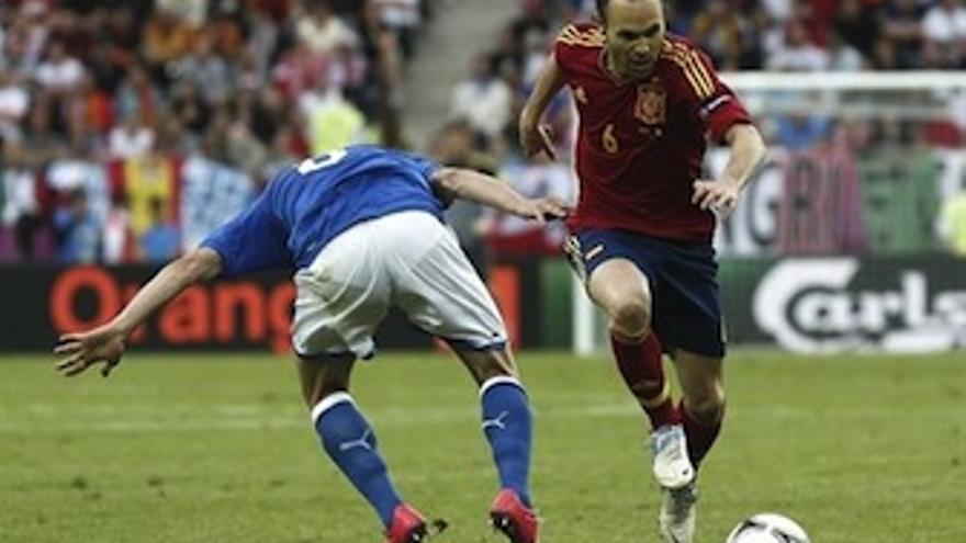 Iniesta conduce el balón ante la presión de un defensor italiano. (Europa Press)